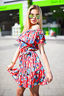 Платье с оборкой на плечах и по низу, присобранное на резинку по талии, в цветочный принт.