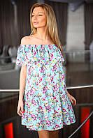 Платье свободного кроя с оборкой на плечах и по низу.