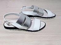 Кожаные белые босоножки с серебристой резинкой