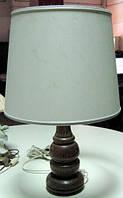 Настольная лампа на деревянном основании.