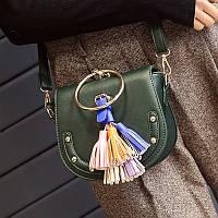Стильная женская зеленая сумка через плечо с большим золотым кольцом и цветными кистями