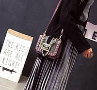 Стильная женская сумка через плечо имитация питона с бордовой вставкой и пряжкой брендовая