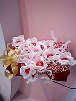 Букет из конфет на подарочной коробке