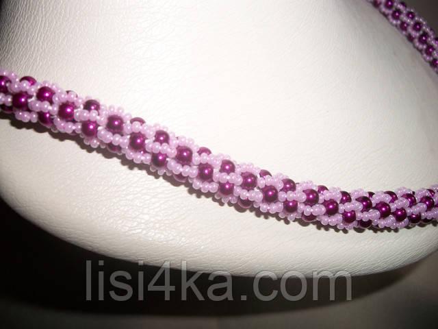 Вязаный жгут из бисера и жемчуга сиренево розового цвета