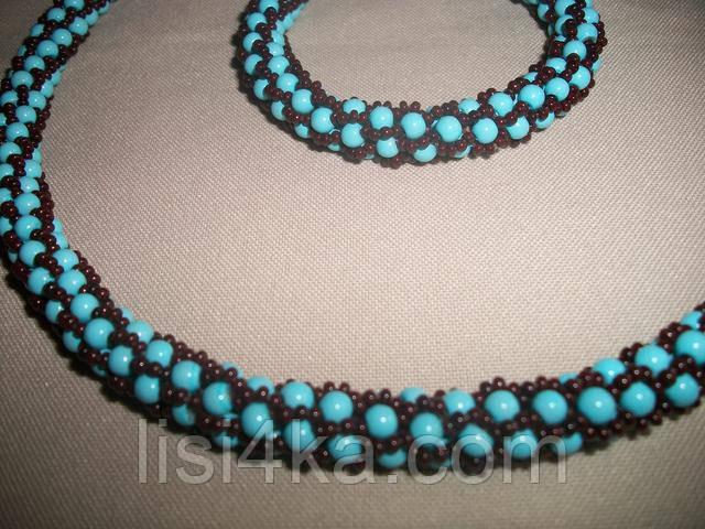 Вязаный комплект колье и браслет из бисера и бусин коричнево-голубой