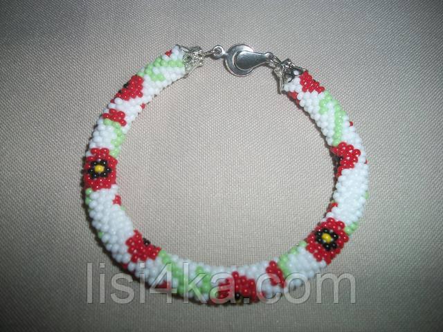 Узорный браслет-жгут из чешского бисера с маками на белом фоне узорный