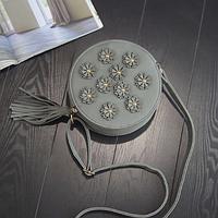 Серая женская сумка, замшевая, круглой формы с кисточкой и цветами