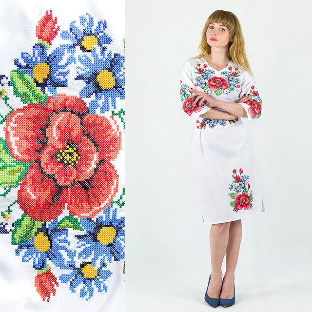 Вышитое платье Мальвы с васильками белого цвета