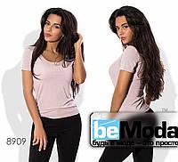 Удобная женская облегающая футболка с глубоким вырезом молочная