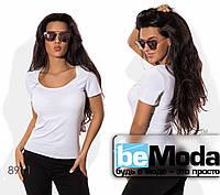 Удобная женская облегающая футболка с глубоким вырезом белая