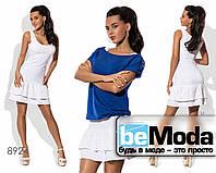 Привлекательный женский костюм из белого сарафана и цветной футболки белый с синим