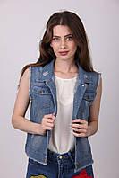 Современная джинсовая жилетка с модным рисунком на спине
