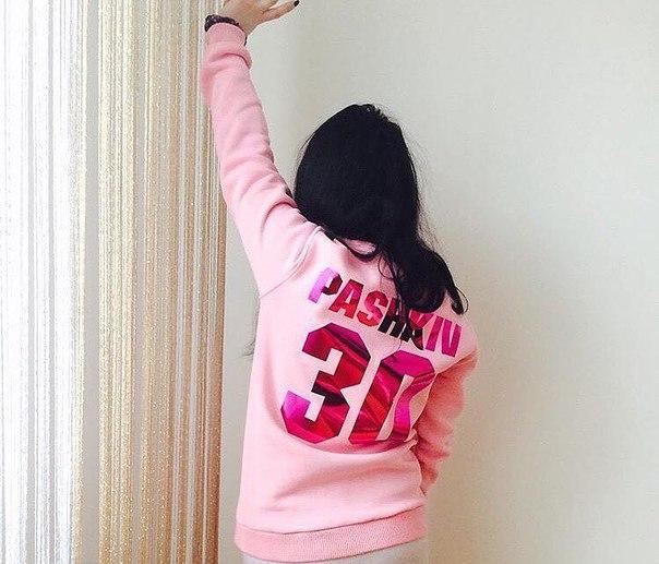 Именной свитшот с розовым глянцевым нанесением