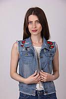 Молодежная джинсовая жилетка с яркой вышитой розой на спине