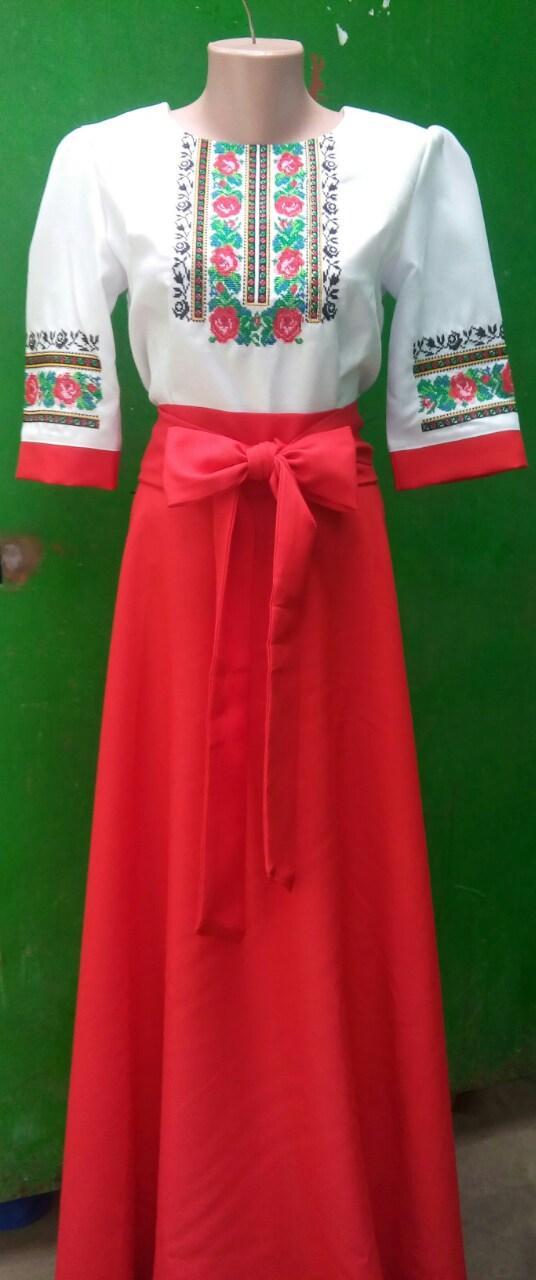 Длинное вышитое платье с орнаментом