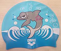Детская шапочка для плавания Arena с акулой.