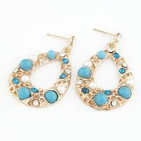 Серьги в неординарном дизайне с голубыми матовыми камнями и жемчугом в золотом металле