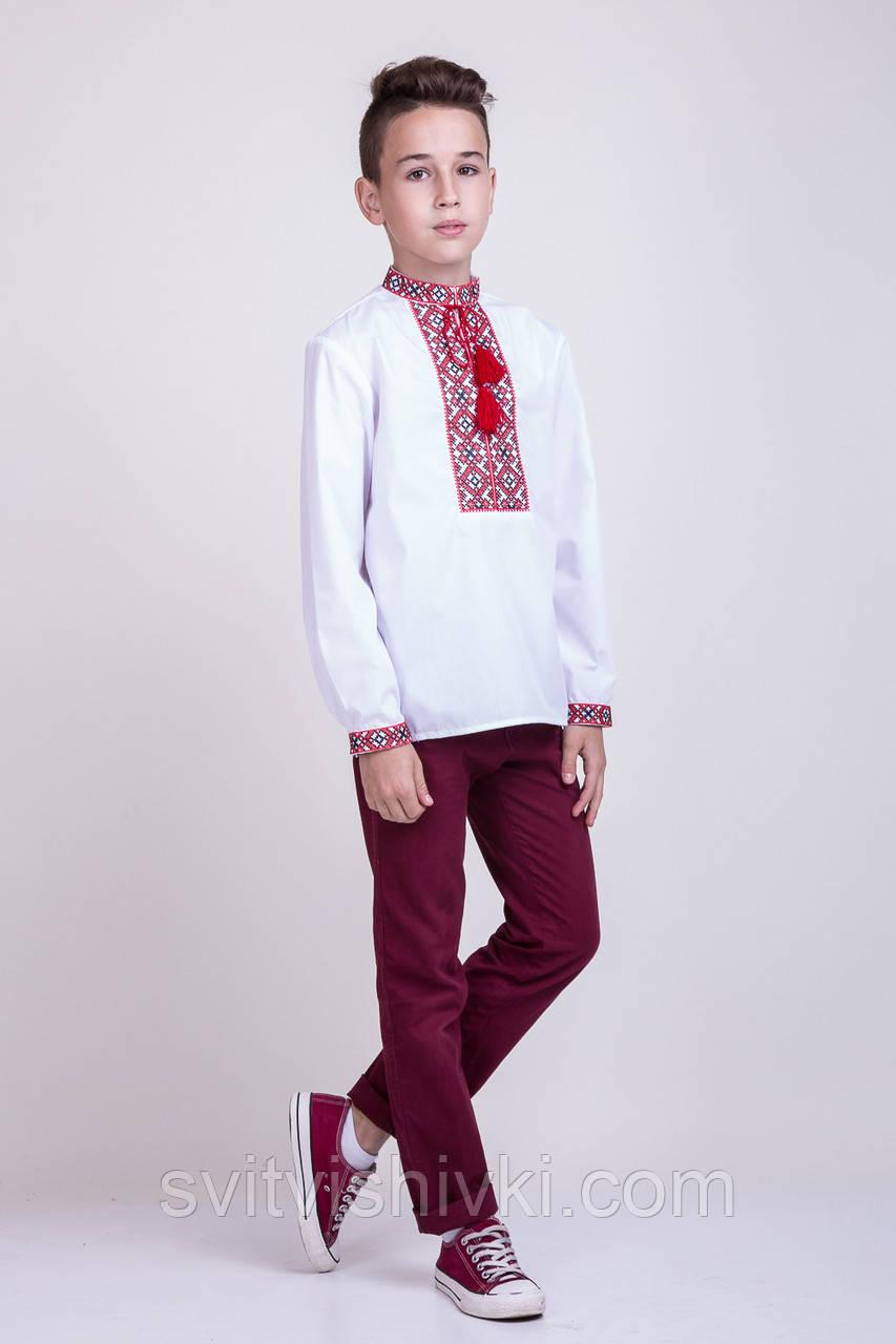 Хлопчача вишиванка хрестиком на білому батісті