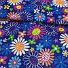 Ткань с разноцветными ромашками на синем фоне