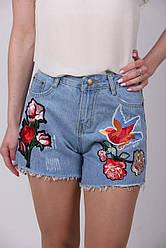 Молодежные джинсовые шорты с аппликацией