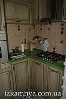Столешница из искусственногокамня зеленая со столом и подоконником СТ011