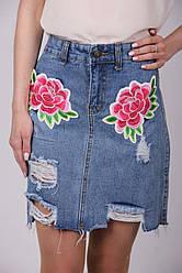 Жіноча джинсова спідниця з рваним ефектом та аплікацією