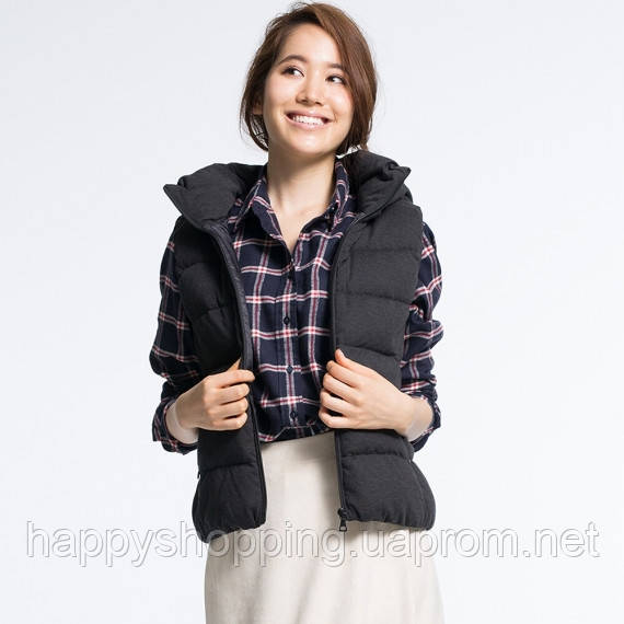 5956d47fdeff Женская стильная теплая темно-серая жилетка на пуху японского бренда Uniqlo  с капюшоном - Интернет
