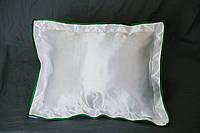 Подушка атласная 35×45 см., кайма зеленая