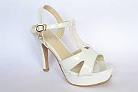 Женские босоножки, белые, лаковые,на каблуке