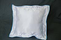 Подушка атласная 35×35 см., кайма голубая