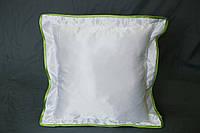 Подушка атласная 35×35 см., кайма зеленая