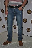 Джинсы мужские , слегка  зауженные , с декоративной обработкой в виде потертостей спереди фирмы Armani 4132
