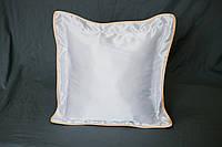 Подушка атласная 35×35 см., кайма персиковая