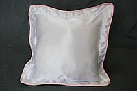 Подушка атласная 35×35 см., кайма розовая