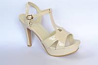 Женские босоножки, бежевые, лаковые на каблуке