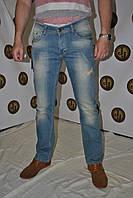 Джинсы мужские , слегка  зауженные , с декоративной обработкой в виде потертостей спереди фирмы  VNSJ  02-169