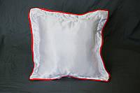 Подушка атласная 35×35 см., кайма красная