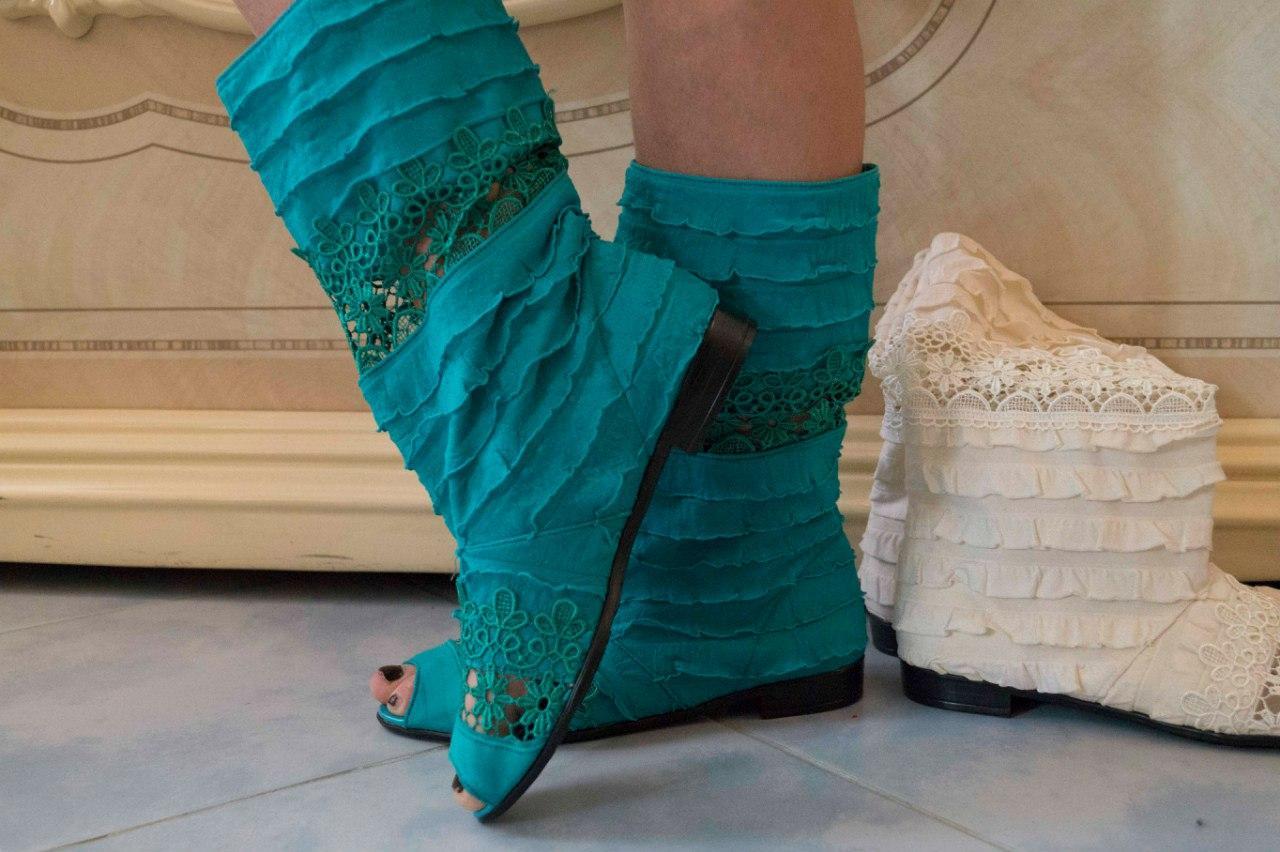 Женские бирюзовые сапожки с рюшами и открытым носком