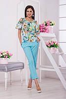 Отличный комплект состоит из блузки в цветочный принт с рукавами-фонариками и брюк свободного кроя.