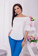 Романтическая белая блузка со спущенными плечами подарит легкость и чувство комфорта в жаркий летний день.