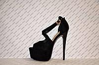 Босоножки стильные на высокой шпильке Louboutin замшевые черного цвета