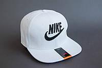 Бейсболка с белой надписью Nike