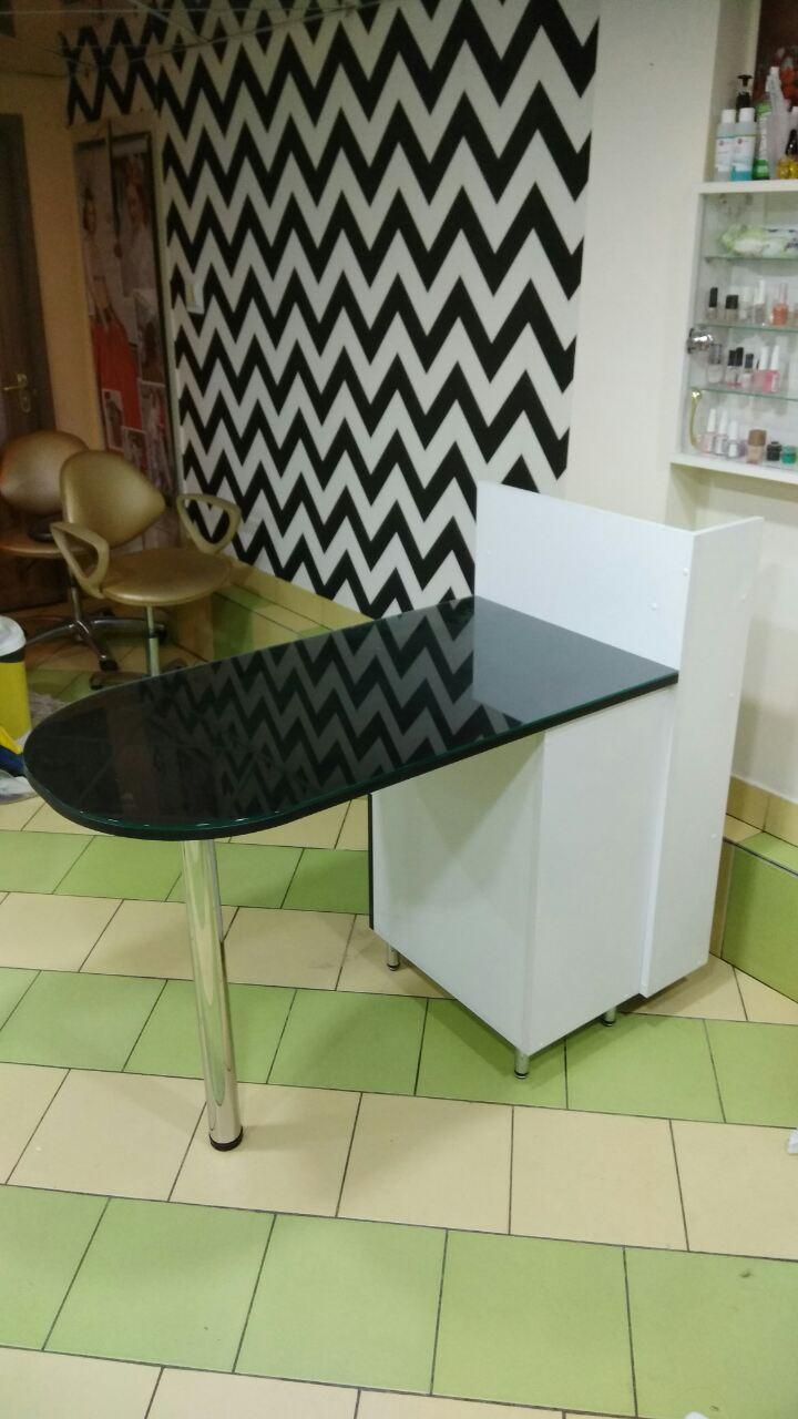 Маникюрный стол со стеклянной столешницей