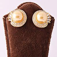 Сережки-гвоздики в золотистом цвете, декорированы стразами и золотистой жемчужиной