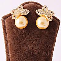 """Сережки-гвоздики в золотистом цвете, декорированы стразами и золотистой жемчужиной """"Лепесток"""""""