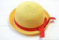 Шляпа украшена нежной лентой