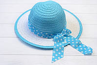 Голубая шляпка украшена бантом