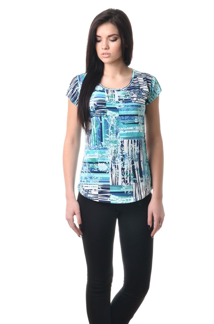 Ефектна жіноча футболка оригінального крою з яскравим принтом блакитна