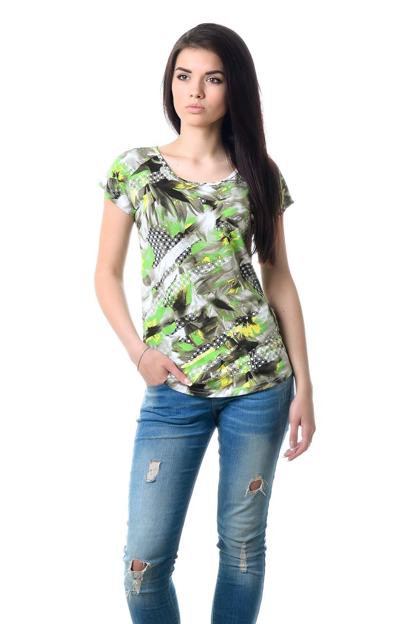 Ефектна жіноча футболка оригінального крою з яскравим принтом зелена