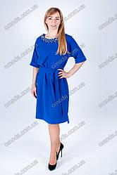 Стильное женское платье с отделкой бусинками синего цвета